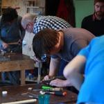 cursisten aan het werk tijdens de cursus meubelmaken