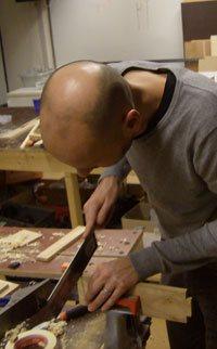 hout zagen tijdens de cursus meubelmaken