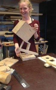 cursist met eigen gemaakt meubel