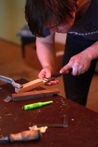 werken met een beitel tijdens de cursus meubelmaken