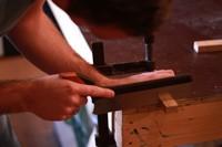 cursist zaagt hout met duuwzaag