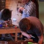cursisten aan het werk tijdens de cursus houtbewerking