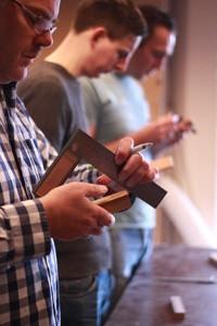 hout aftekenen tijdens de cursus meubelmaken