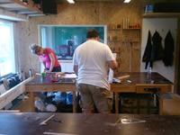 aan het werk tijdens de cursus kruk maken