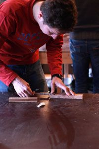 aftekenen met schuifmaat tijdens de cursus meubelmaken