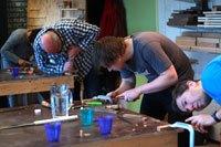 cursisten aan het werk tijdens de basiscusus houtbewerking