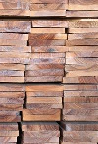 stapel olijfessen hout bij de houthandel