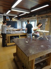 cursisten werken aan eigen salontafel