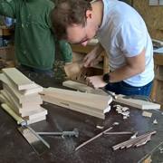 cursisten aan het beitelen tijdens de workshop tijdschriftenrek maken