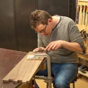 cursist aan het werk tijdens de cursus meubalmaken